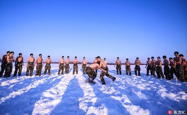 Lính Trung Quốc cởi trần giữa trời -30 độ C - Ảnh 3