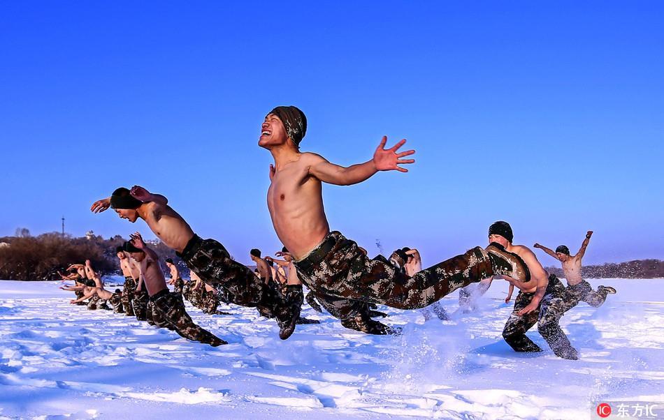 Lính Trung Quốc cởi trần giữa trời -30 độ C - Ảnh 1