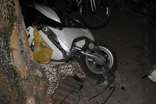 Hiện trường kinh hoàng vụ nữ tài xế Lexus đâm hàng loạt xe máy và ô tô ven hồ Tây - Ảnh 5