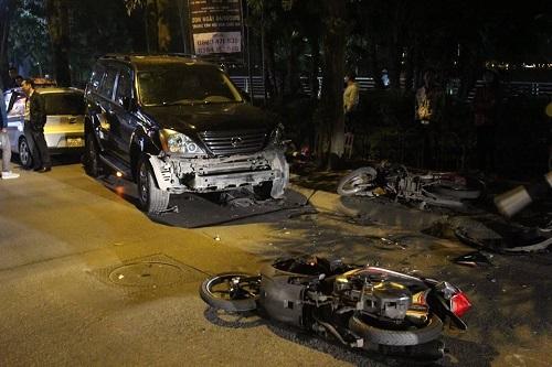 Hiện trường kinh hoàng vụ nữ tài xế Lexus đâm hàng loạt xe máy và ô tô ven hồ Tây - Ảnh 6