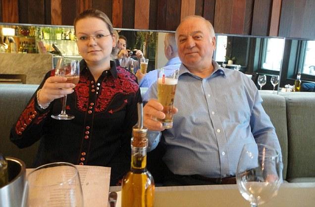 Anh truy tìm nữ nghi phạm trong vụ cựu điệp viên Nga nghi bị đầu độc - Ảnh 2