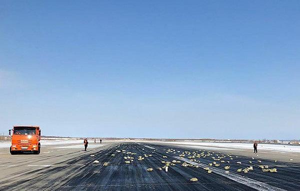 Cửa máy bay Nga bị hỏng khiến hơn 200 thỏi vàng rơi ra ngoài - Ảnh 1