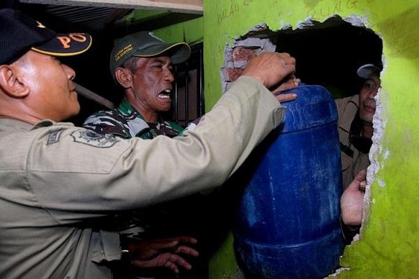 Hơn 60 người tử vong vì ngộ độc rượu giả từ thuốc chỗng muỗi ở Indonesia - Ảnh 1