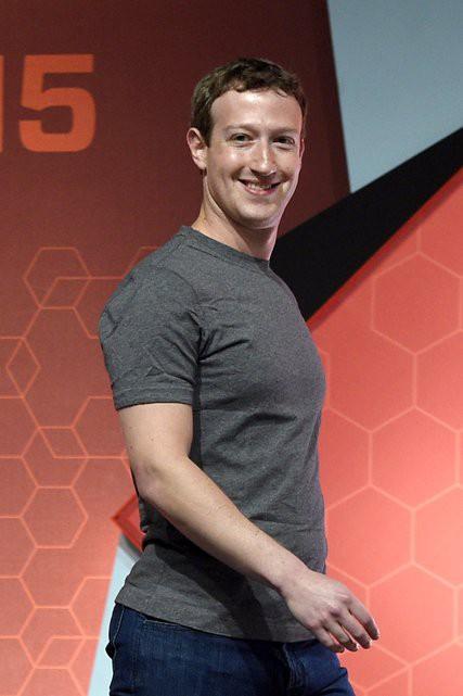 Cận cảnh bộ vest và ghế ngồi 'kì lạ' của CEO Facebook tại buổi điều trần trước quốc hội - Ảnh 2