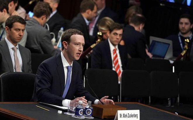 Cận cảnh bộ vest và ghế ngồi 'kì lạ' của CEO Facebook tại buổi điều trần trước quốc hội - Ảnh 1