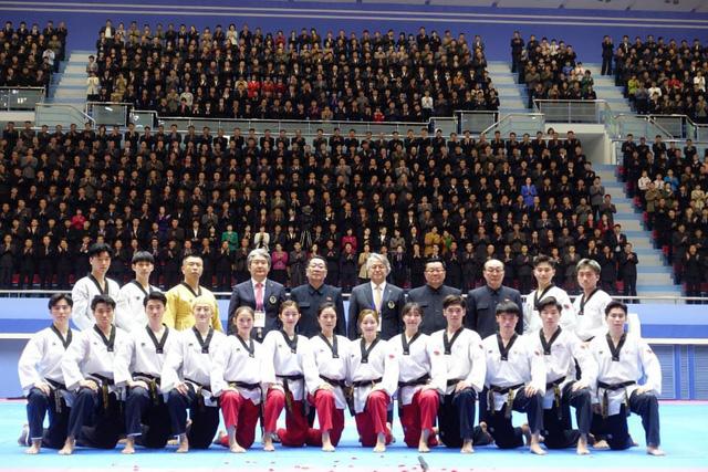 Ông Kim Jong-un xúc động khi xem dàn nghệ sĩ Hàn Quốc biểu diễn - Ảnh 2