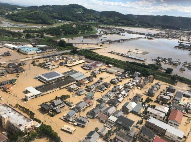 Nhật Bản: Ngựa đi lạc lên mái nhà sau trận lũ quét lớn - Ảnh 3