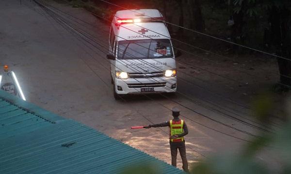 4 cầu thủ nhí Thái Lan đầu tiên được đưa ra khỏi hang, cứu hộ đợt tiếp theo trong 10 giờ nữa - Ảnh 9