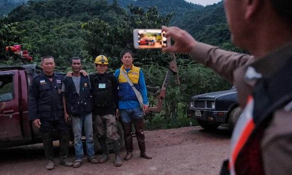 4 cầu thủ nhí Thái Lan đầu tiên được đưa ra khỏi hang, cứu hộ đợt tiếp theo trong 10 giờ nữa - Ảnh 6