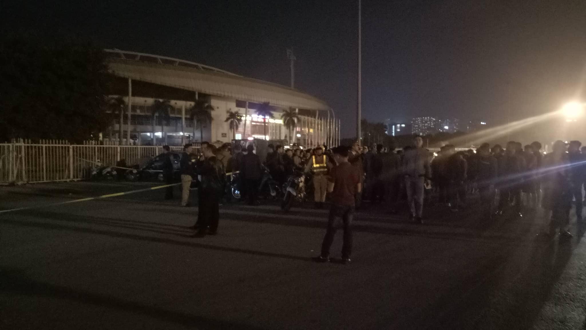 Hà Nội: Điều tra vụ tài xế taxi ôm cổ chảy máu lao khỏi xe, gục chết trước cửa SVĐ Mỹ Đình - Ảnh 3