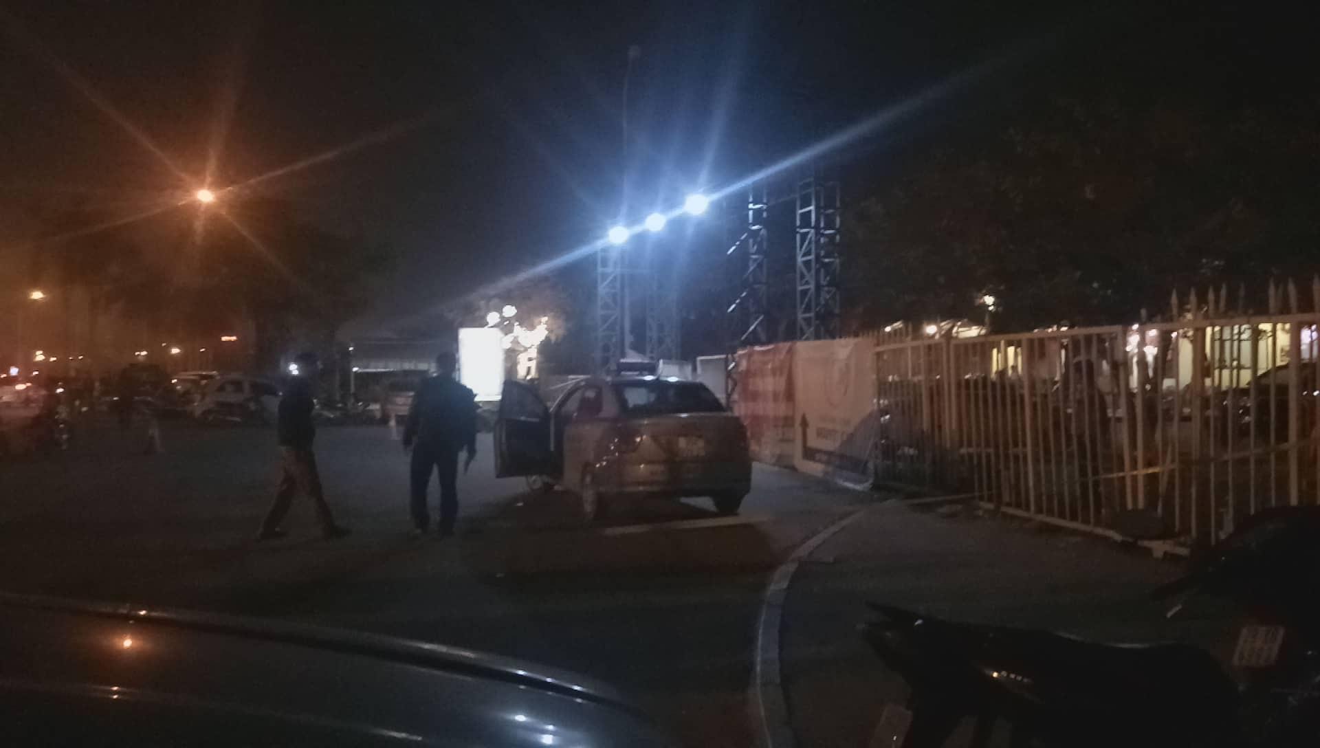 Hà Nội: Điều tra vụ tài xế taxi ôm cổ chảy máu lao khỏi xe, gục chết trước cửa SVĐ Mỹ Đình - Ảnh 5