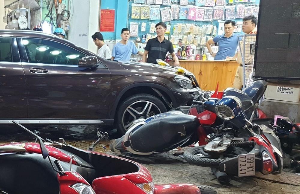 """Nữ tài xế Mercedes gây tai nạn liên hoàn, """"lùa"""" hàng loạt xe máy - Ảnh 2"""