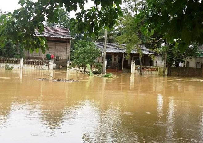 60.000 học sinh Hà Tĩnh không thể đến trường vì mưa lũ cô lập - Ảnh 2