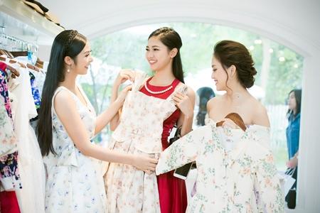 Dàn người đẹp đến mừng Hoa hậu Ngọc Hân khai trương showroom thời trang - Ảnh 2