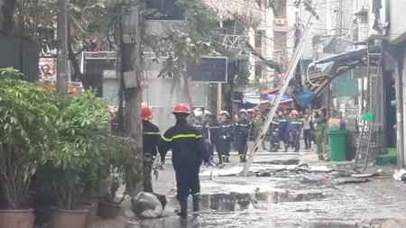 Chùm ảnh: 9 giờ lăn xả của lính cứu hỏa trong vụ cháy ở 68 Trần Thái Tông - Ảnh 7
