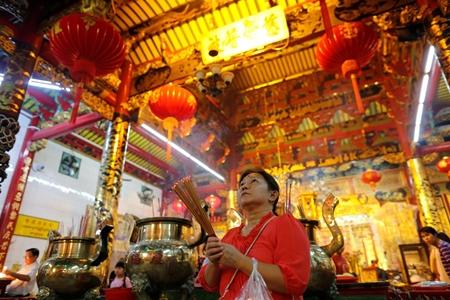 Người dân châu Á đi chùa cầu năm mới may mắn, bình an - Ảnh 2