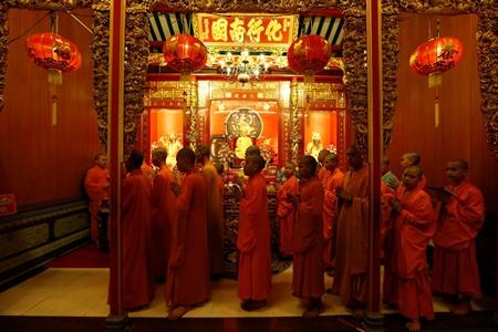 Người dân châu Á đi chùa cầu năm mới may mắn, bình an - Ảnh 1