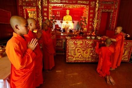 Người dân châu Á đi chùa cầu năm mới may mắn, bình an - Ảnh 4