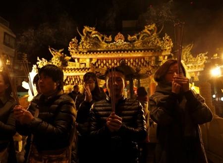 Người dân châu Á đi chùa cầu năm mới may mắn, bình an - Ảnh 3