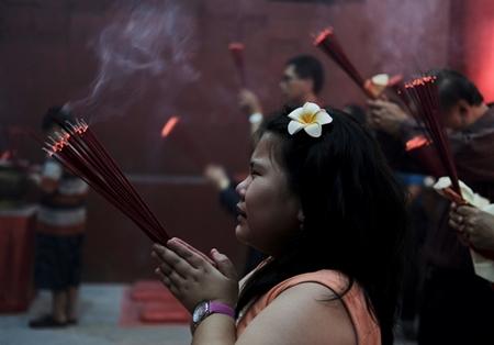 Người dân châu Á đi chùa cầu năm mới may mắn, bình an - Ảnh 5