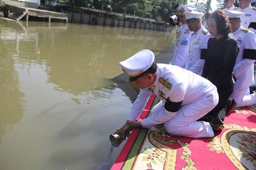 Thái Lan thả tro gỗ đàn hương xuống sông, tưởng nhớ cố vương Bhumibol Adulyadej - Ảnh 2