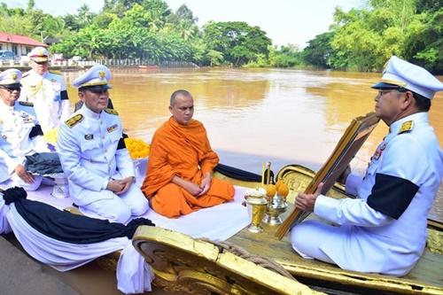 Thái Lan thả tro gỗ đàn hương xuống sông, tưởng nhớ cố vương Bhumibol Adulyadej - Ảnh 3