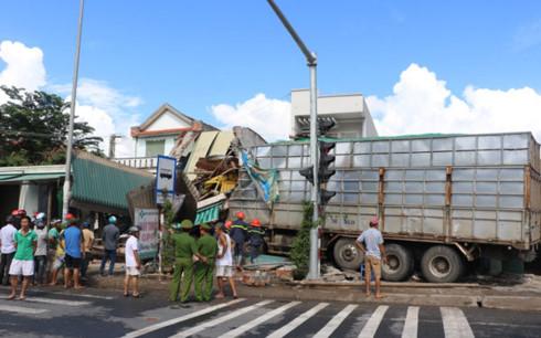 Tin tai nạn giao thông mới nhất ngày 4/10/2017 - Ảnh 1
