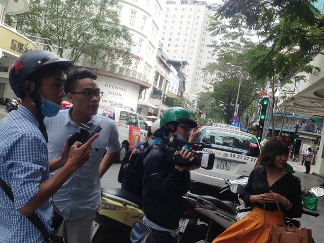 """Kiểm tra cửa hàng Khaisilk ở TP.HCM, báo chí bị """"cấm cửa"""" - Ảnh 1"""