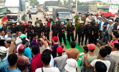 BOT Cai Lậy thu phí trở lại: Nhiều tài xế quá khích bị cảnh sát áp giải - Ảnh 1