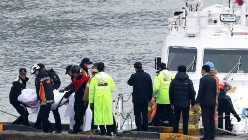 Lật tàu cá Hàn Quốc vì va chạm với tàu chở dầu, 13 người thiệt mạng - Ảnh 1