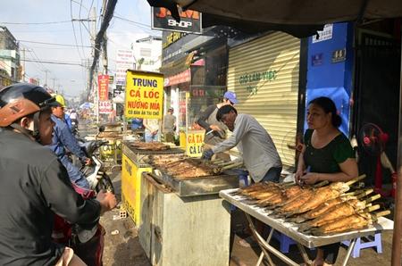 """TP. Hồ Chí Minh: """"Cháy hàng"""" cá lóc nướng trong ngày cúng Thần tài - Ảnh 3"""