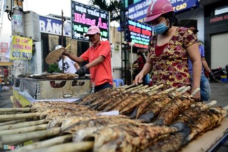 """TP. Hồ Chí Minh: """"Cháy hàng"""" cá lóc nướng trong ngày cúng Thần tài - Ảnh 2"""