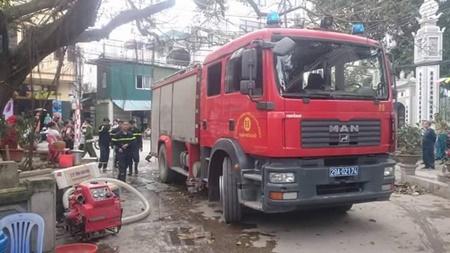 """Hà Nội: """"Bà hỏa"""" thiêu rụi 3 căn nhà trên phố Minh Khai - Ảnh 1"""