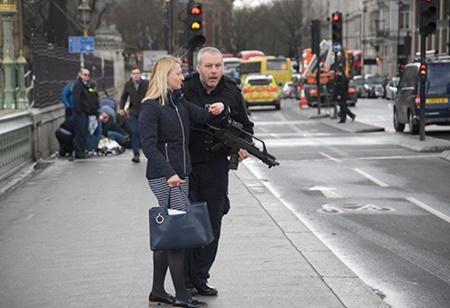 Thủ tướng Anh chỉ cách điểm tấn công khủng bố hơn 30m - Ảnh 2