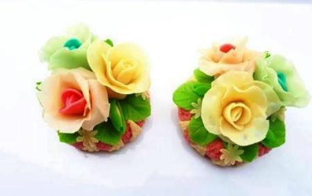 Hoa hồng bằng phô mai, dâu tây nhúng chocolate hút khách ngày 8/3 - Ảnh 2