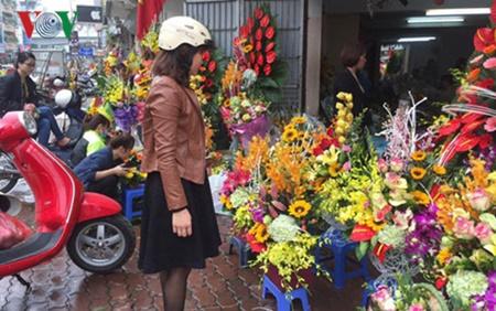 Hoa hồng bằng phô mai, dâu tây nhúng chocolate hút khách ngày 8/3 - Ảnh 3