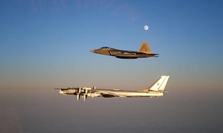 Mỹ tung tiêm kích F-22 chặn 2 máy bay ném bom Nga áp sát biên giới - Ảnh 1
