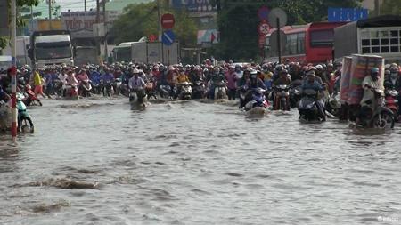 """Hà Nội hành khách """"chờ dài cổ"""", TP. Hồ Chí Minh kẹt xe cả buổi sáng ngày đầu nghỉ lễ 30/4 - Ảnh 2"""