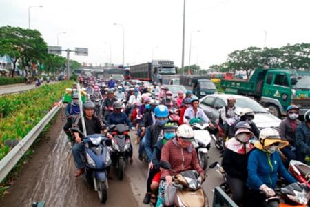 """Hà Nội hành khách """"chờ dài cổ"""", TP. Hồ Chí Minh kẹt xe cả buổi sáng ngày đầu nghỉ lễ 30/4 - Ảnh 4"""