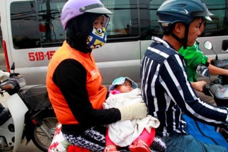 """Hà Nội hành khách """"chờ dài cổ"""", TP. Hồ Chí Minh kẹt xe cả buổi sáng ngày đầu nghỉ lễ 30/4 - Ảnh 5"""