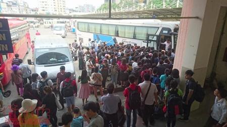 """Hà Nội hành khách """"chờ dài cổ"""", TP. Hồ Chí Minh kẹt xe cả buổi sáng ngày đầu nghỉ lễ 30/4 - Ảnh 6"""