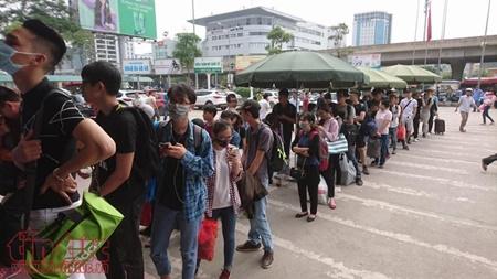 """Hà Nội hành khách """"chờ dài cổ"""", TP. Hồ Chí Minh kẹt xe cả buổi sáng ngày đầu nghỉ lễ 30/4 - Ảnh 7"""