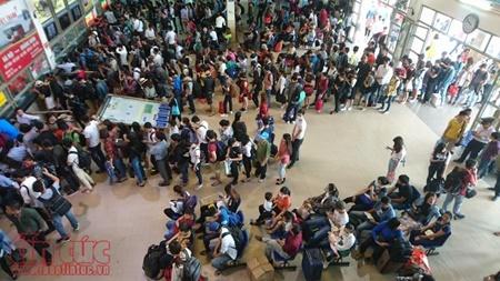 """Hà Nội hành khách """"chờ dài cổ"""", TP. Hồ Chí Minh kẹt xe cả buổi sáng ngày đầu nghỉ lễ 30/4 - Ảnh 8"""