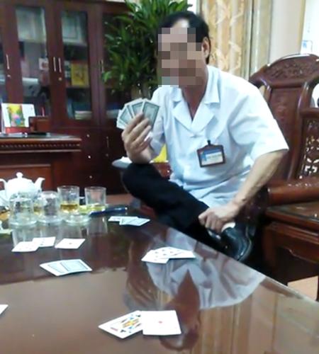 Tạm dừng bổ nhiệm lại giám đốc bệnh viện đánh bài ăn tiền - Ảnh 1