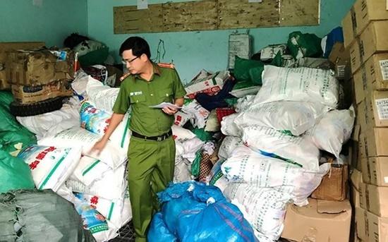Phát hiện cơ sở sản xuất hơn 900 kg bột ngọt giả - Ảnh 1