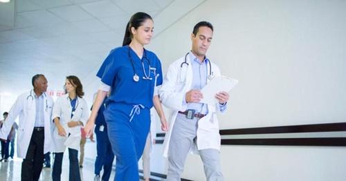 Hơn 600 bác sĩ, sinh viên y khoa kí đơn phản đối vì lương quá cao - Ảnh 1