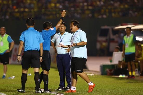 HLV Trần Minh Chiến bị cấm chỉ đạo hai trận ở V-League vì phản ứng trọng tài - Ảnh 1
