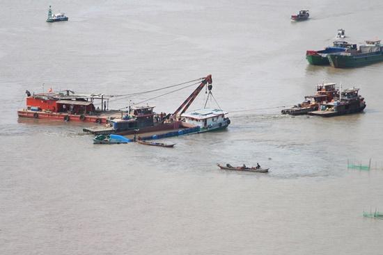 Đã trục vớt thành công sà lan chìm trên sông Sài Gòn - Ảnh 1