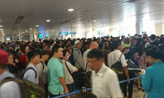 Ùn tắc cả chục km trên cao tốc Pháp Vân, Tân Sơn Nhất đông nghịt người đi chơi lễ 30/4 - Ảnh 4