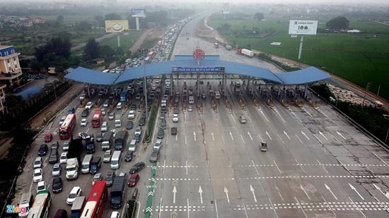 Ùn tắc cả chục km trên cao tốc Pháp Vân, Tân Sơn Nhất đông nghịt người đi chơi lễ 30/4 - Ảnh 1